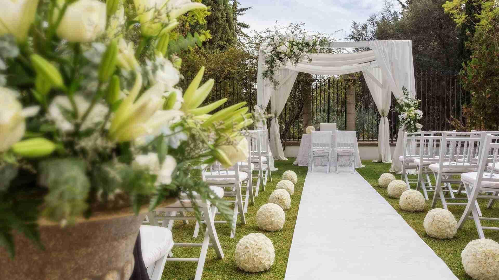 Mariage extérieur avec chaises pliantes et arrangement fleurale